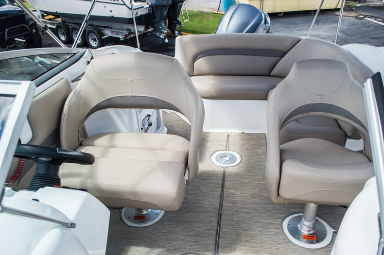 Thumbnail 33 for New 2015 Hurricane SunDeck SD 2400 OB boat for sale in West Palm Beach, FL