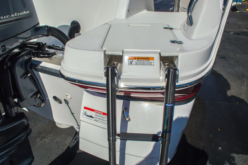 Thumbnail 9 for New 2016 Hurricane SunDeck SD 2200 OB boat for sale in West Palm Beach, FL