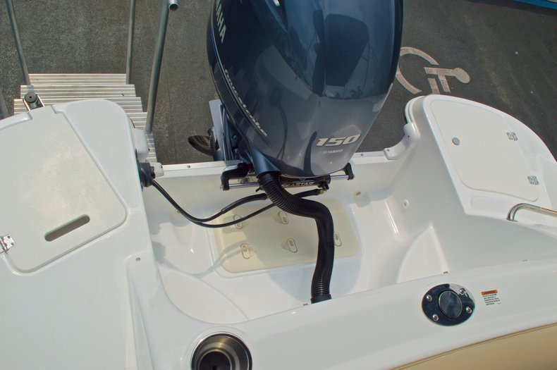 Thumbnail 13 for New 2016 Hurricane SunDeck SD 2200 OB boat for sale in West Palm Beach, FL