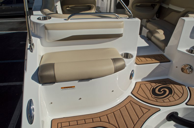 Thumbnail 11 for New 2016 Hurricane SunDeck SD 2486 OB boat for sale in West Palm Beach, FL