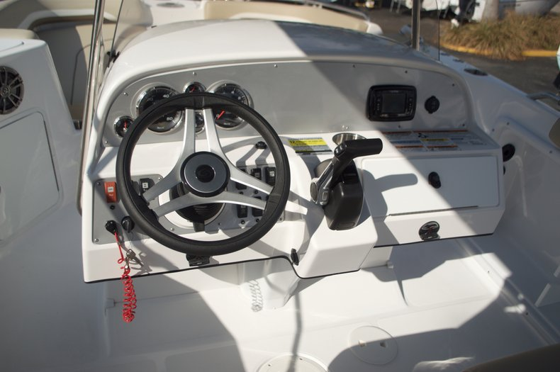 Thumbnail 33 for New 2016 Hurricane Sundeck Sport SS 231 OB boat for sale in West Palm Beach, FL