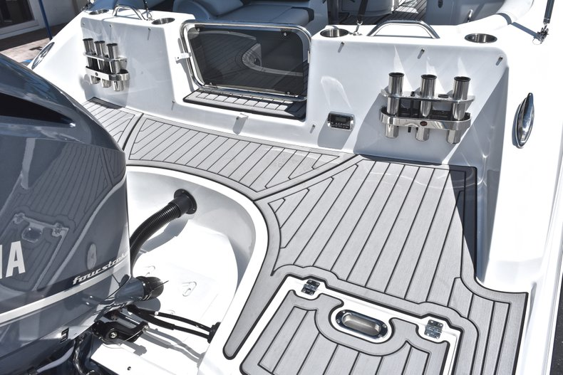 Thumbnail 8 for New 2018 Hurricane SunDeck SD 2690 OB boat for sale in West Palm Beach, FL