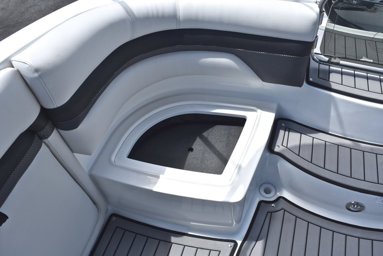 Thumbnail 18 for New 2018 Hurricane SunDeck SD 2690 OB boat for sale in West Palm Beach, FL