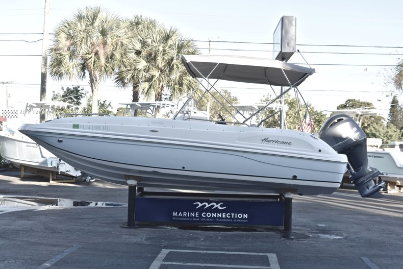 Thumbnail 4 for Used 2017 Hurricane SunDeck Sport SS 211 OB boat for sale in West Palm Beach, FL
