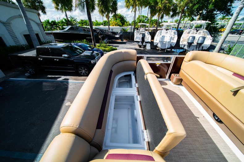 Thumbnail 19 for New 2019 Hurricane FunDeck FD 236SB boat for sale in West Palm Beach, FL