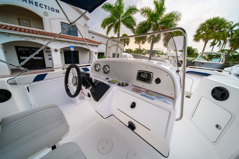 Thumbnail 9 for New 2019 Hurricane SunDeck Sport SS 211 OB boat for sale in West Palm Beach, FL