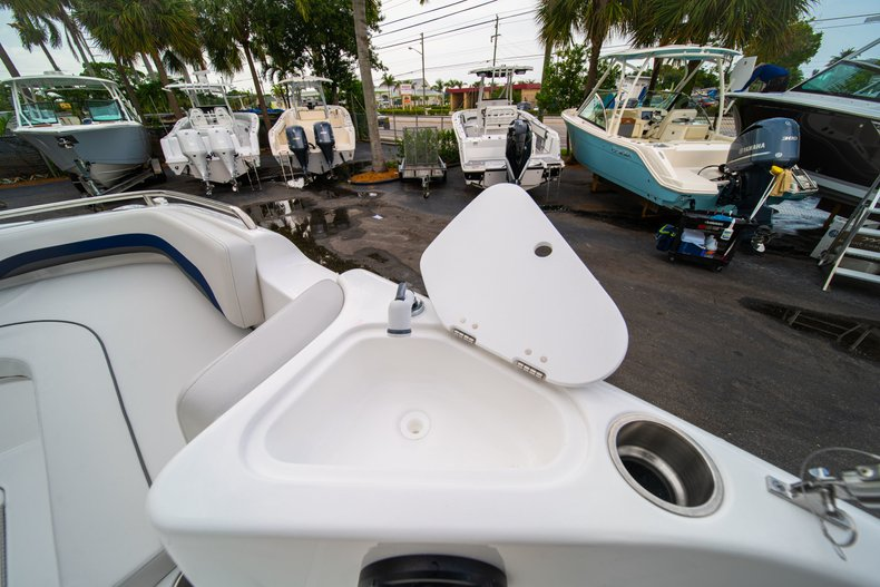 Thumbnail 29 for New 2019 Hurricane SunDeck Sport SS 211 OB boat for sale in West Palm Beach, FL