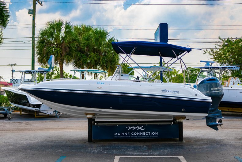 Thumbnail 4 for New 2019 Hurricane SunDeck Sport SS 211 OB boat for sale in West Palm Beach, FL