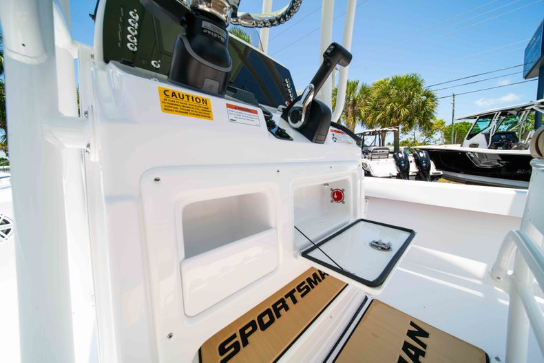 Thumbnail 27 for New 2019 Sportsman Masters 227 Bay Boat boat for sale in Vero Beach, FL