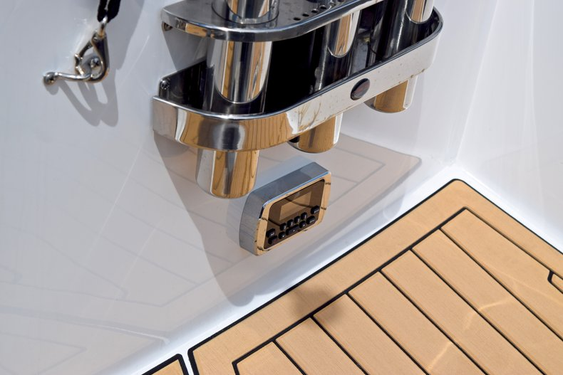 Thumbnail 9 for New 2019 Hurricane SunDeck SD 2690 OB boat for sale in West Palm Beach, FL