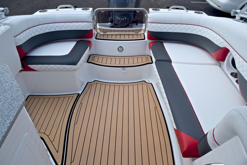 Thumbnail 15 for New 2019 Hurricane SunDeck SD 2690 OB boat for sale in West Palm Beach, FL