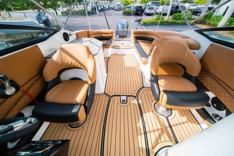 Thumbnail 23 for New 2019 Hurricane SunDeck SD 2690 OB boat for sale in West Palm Beach, FL