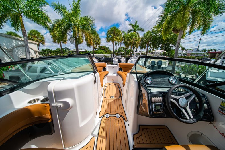 Thumbnail 24 for New 2019 Hurricane SunDeck SD 2400 OB boat for sale in West Palm Beach, FL