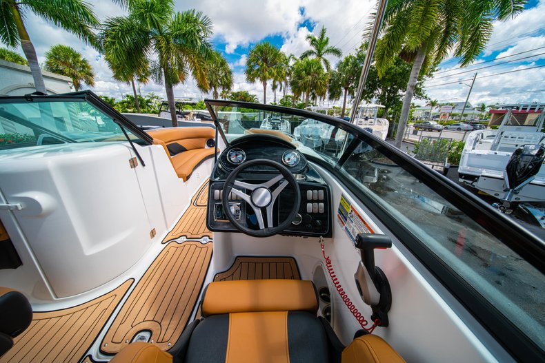 Thumbnail 15 for New 2019 Hurricane SunDeck SD 2400 OB boat for sale in West Palm Beach, FL