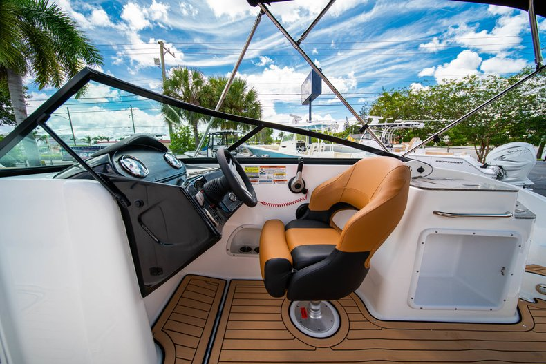 Thumbnail 18 for New 2019 Hurricane SunDeck SD 2400 OB boat for sale in West Palm Beach, FL