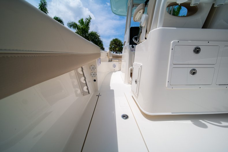 Thumbnail 19 for New 2019 Cobia 280 Center Console boat for sale in Fort Lauderdale, FL