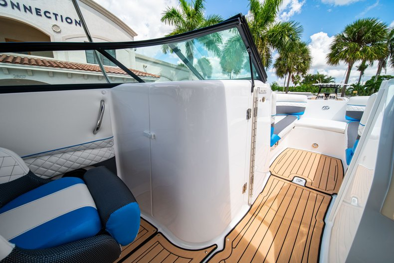 Thumbnail 22 for New 2019 Hurricane SunDeck SD 2690 OB boat for sale in West Palm Beach, FL