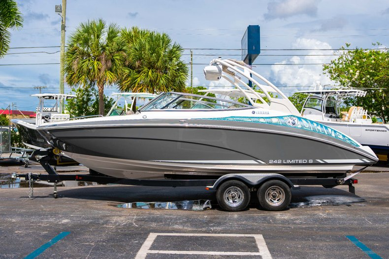 Thumbnail 4 for Used 2015 Yamaha 242 Limited S boat for sale in West Palm Beach, FL