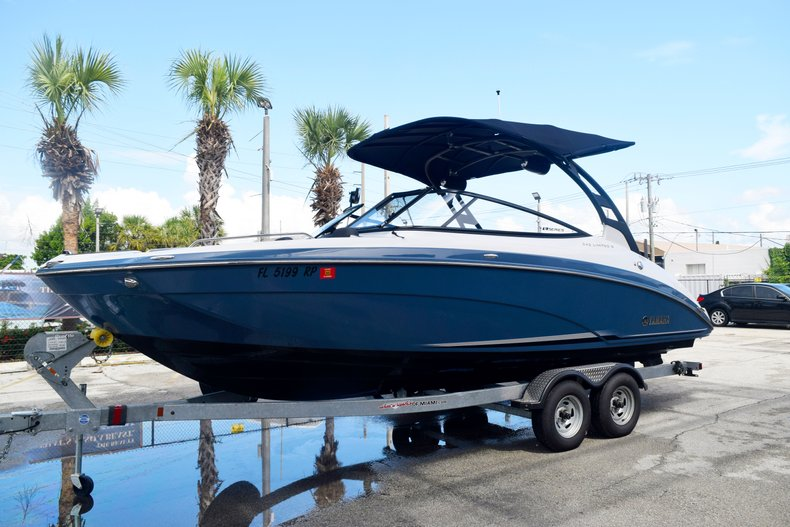 Thumbnail 1 for Used 2018 Yamaha 242 LIMITED S E-SERIES boat for sale in Fort Lauderdale, FL
