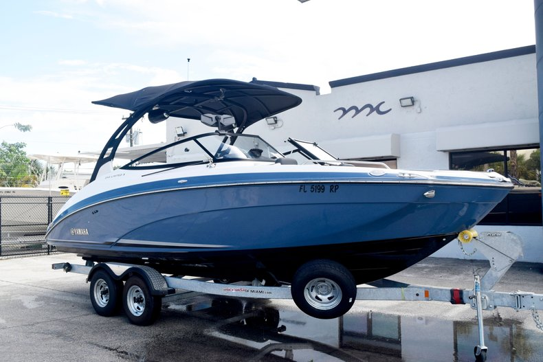 Thumbnail 3 for Used 2018 Yamaha 242 LIMITED S E-SERIES boat for sale in Fort Lauderdale, FL