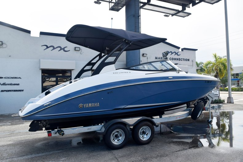 Thumbnail 5 for Used 2018 Yamaha 242 LIMITED S E-SERIES boat for sale in Fort Lauderdale, FL