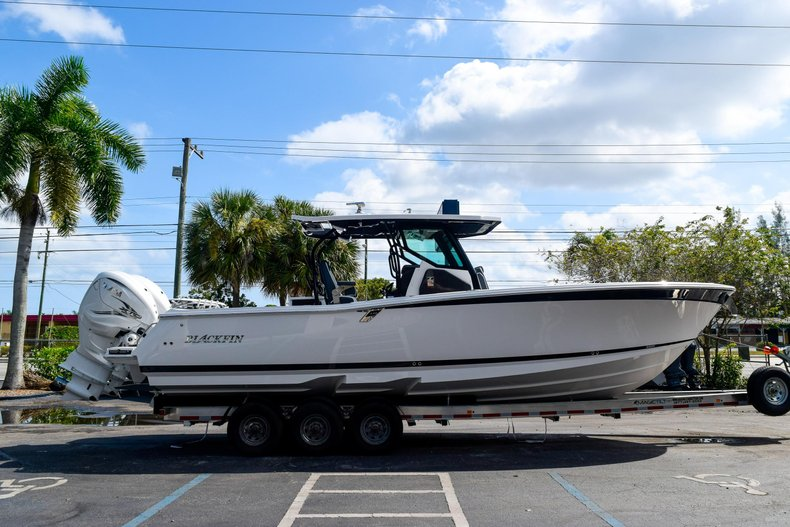 Thumbnail 6 for New 2020 Blackfin 332CC Center Console boat for sale in Fort Lauderdale, FL