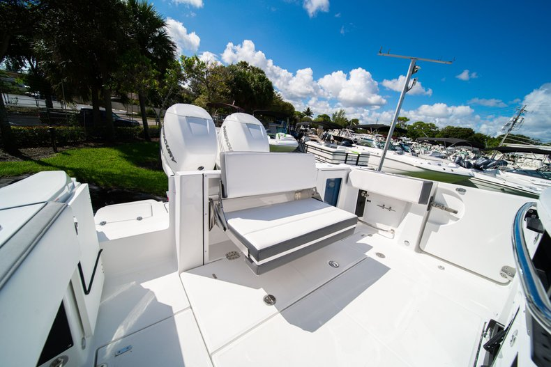 Thumbnail 8 for New 2020 Blackfin 332CC Center Console boat for sale in West Palm Beach, FL