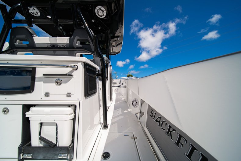 Thumbnail 12 for New 2020 Blackfin 332CC Center Console boat for sale in West Palm Beach, FL