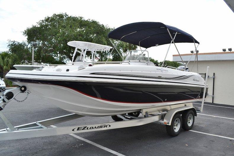 Thumbnail 3 for New 2015 Hurricane SunDeck Sport SS 211 OB boat for sale in Vero Beach, FL