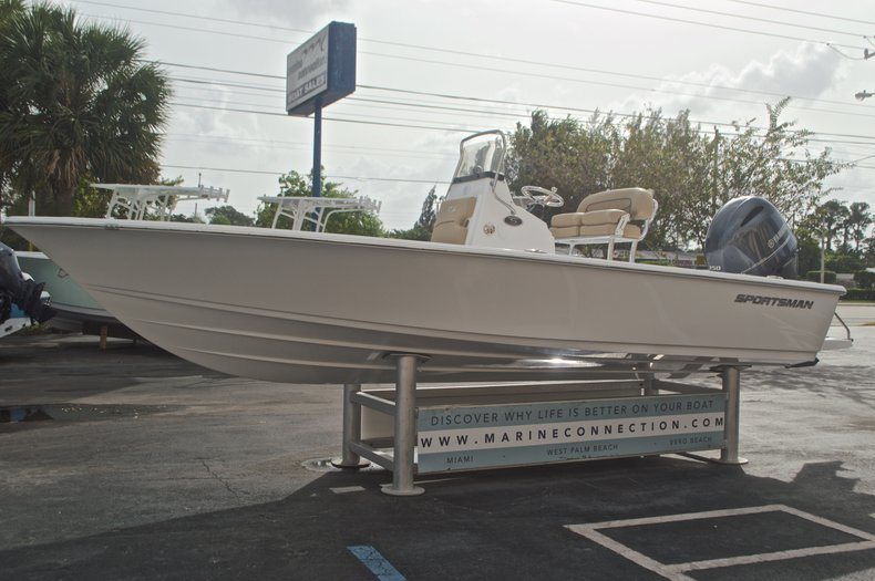 Thumbnail 4 for New 2017 Sportsman Masters 207 Bay Boat boat for sale in Vero Beach, FL