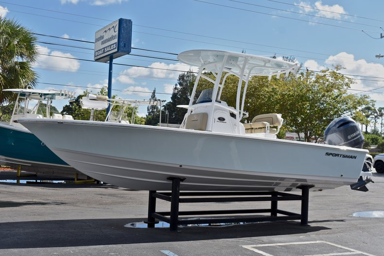 Thumbnail 3 for New 2018 Sportsman Masters 227 Bay Boat boat for sale in Vero Beach, FL