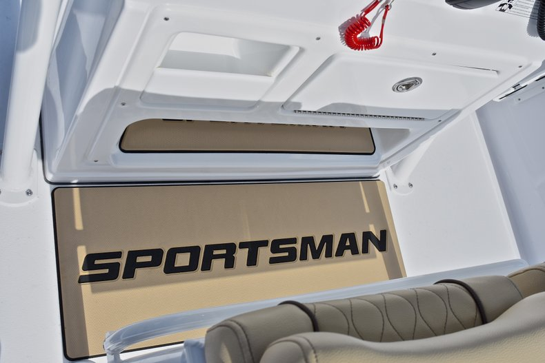 Thumbnail 31 for New 2018 Sportsman Masters 227 Bay Boat boat for sale in Vero Beach, FL