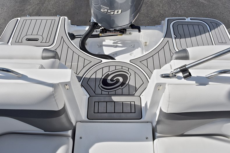 Thumbnail 10 for New 2018 Hurricane SunDeck SD 2486 OB boat for sale in Fort Lauderdale, FL