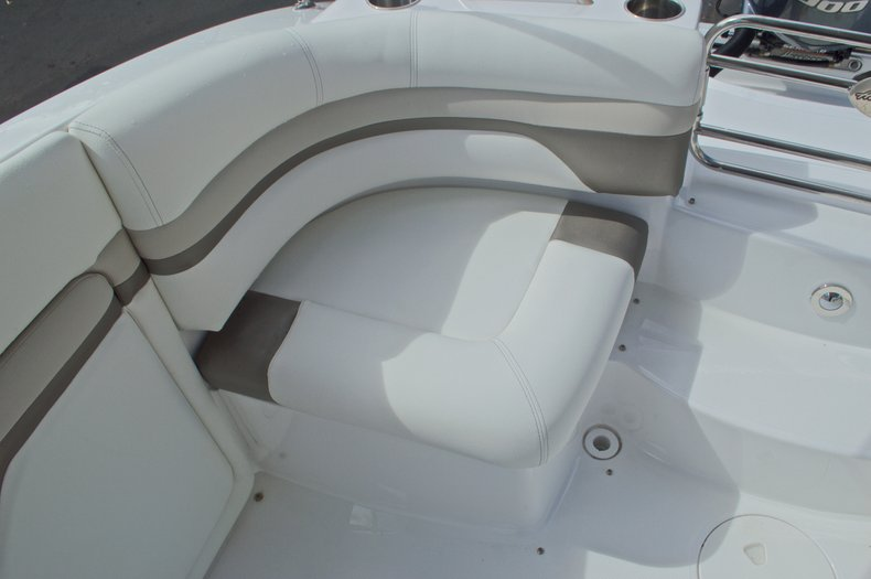 Thumbnail 18 for New 2016 Hurricane SunDeck SD 2690 OB boat for sale in Miami, FL
