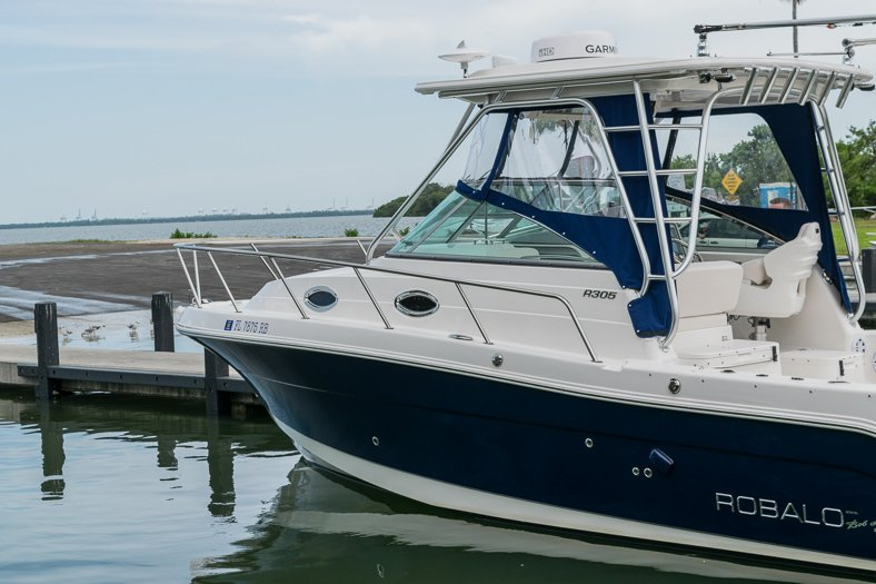 Thumbnail 9 for Used 2016 Robalo R305 Express Walkaround boat for sale in Miami, FL