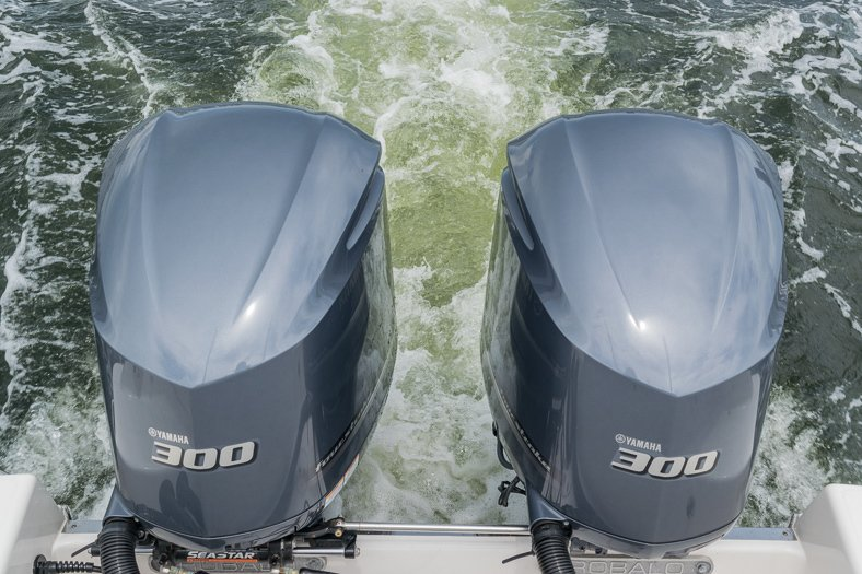 Thumbnail 18 for Used 2016 Robalo R305 Express Walkaround boat for sale in Miami, FL