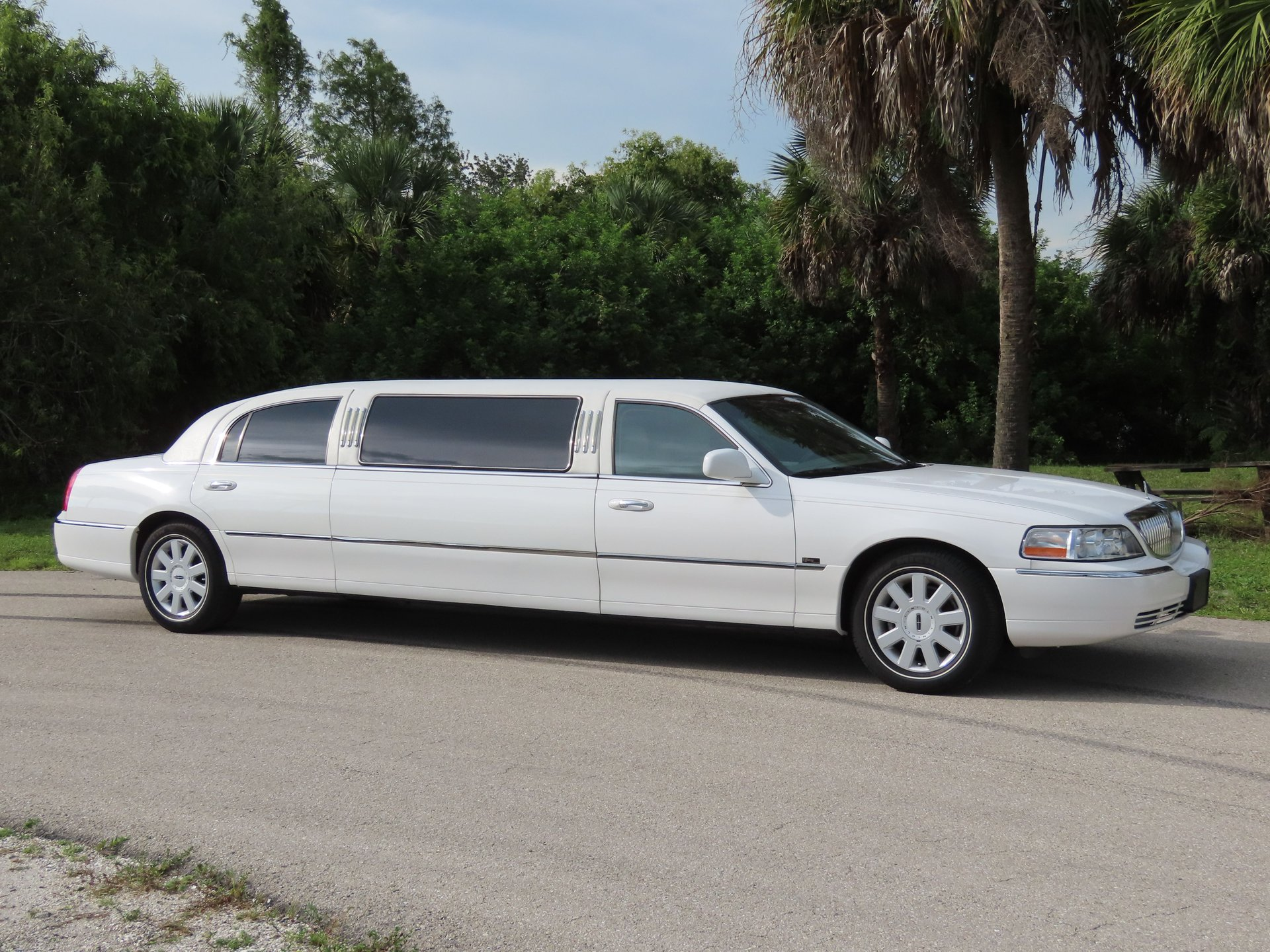 2005 lincoln town car limousine