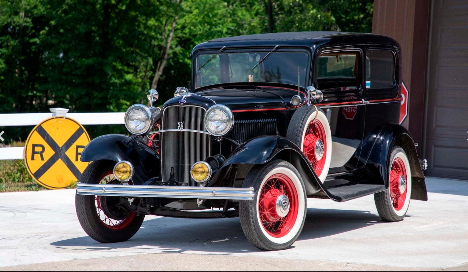 1932 Ford MODEL 18 DELUXE TUDOR SEDAN