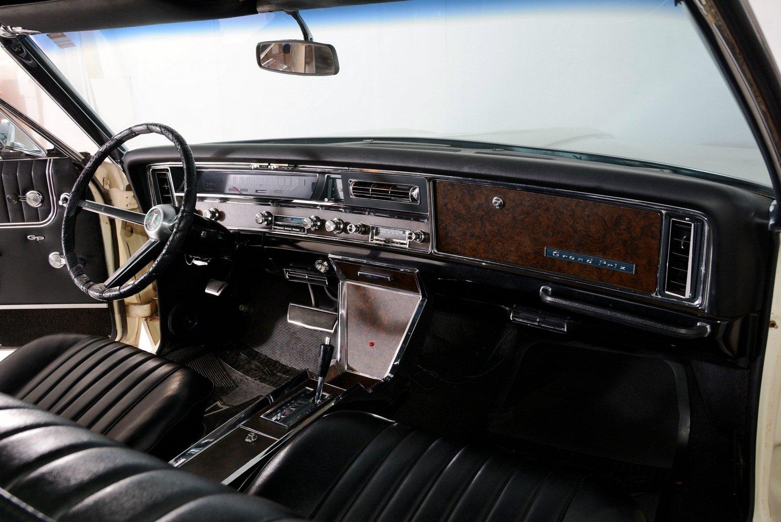 1967 Pontiac Grand Prix | Volo Auto Museum